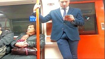 Homem de pau duro no metrô