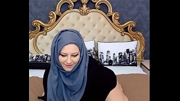 Teaser Thick Girl with Hijab Shaking Fat Ass - SuperJizzCams.com