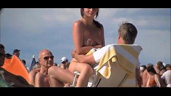 esposa era a única mulher nua na praia de nudismo no meio dos machos