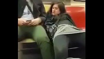 Novinha safada tocando siririca no metro querendo pau