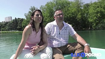Ce couple libertin baise dans le canapé de la belle-mère ! French Illico Porno