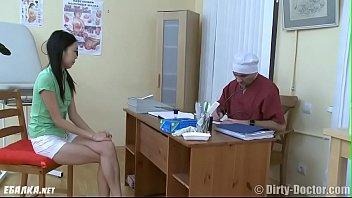 Узбечка у гинеколога пробует все дырки Uzbek at the gynecologist tries all holes