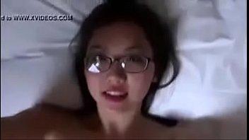 สาวนักเรียนใส่แว่นสุดเซ็กซี่หีอวบเนียนไร้ขนรับงานพิเศษหาเงินใช้จ่าย.MP4