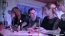 Drei geile MILFs schleppen Jungspund auf Party ab