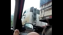 na estrada mostrando grelao