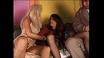 Threesome dentro al night club con due grandi troie