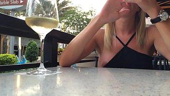 loira pagando Peitinho no restaurante