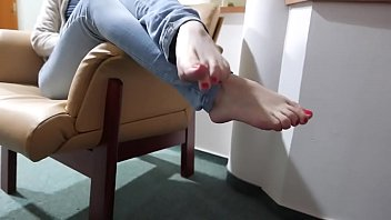 Cams4free.net - Barefoot Walking on the Floor of Hotel