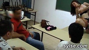 2 profs au l.: gangbang en classroom avant l'exhib avec gode