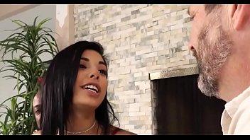 Morena adolescente sedutora tem um pau preto e gordo dentro de sua boceta apertada, até que ela goza