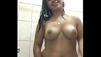 Novinha tomando banho