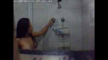 Prima bien buena espiada mientras se baña-1