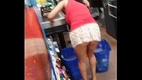 Se agacha con minifalda