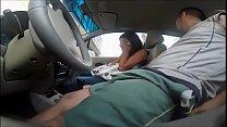 Santinha puta fazendo oral no carro