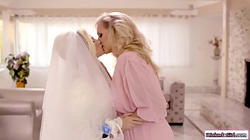 Teen babe facesitting lesbian stepmom
