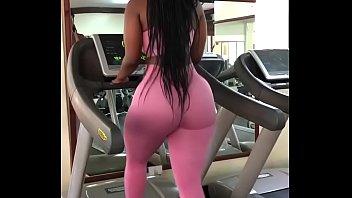 Tremendo culo de negra en el gym