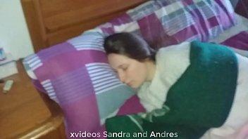 Während wir einen Film sahen, fing Sandra an, mich zu wichsen und meinen Schwanz zu lutschen, aber wir wurden wütend und am Morgen, während sie schlief, steckte ich ihren Schwanz in ihren Mund und fickte sie damit, dass sie ihre Muschi mit