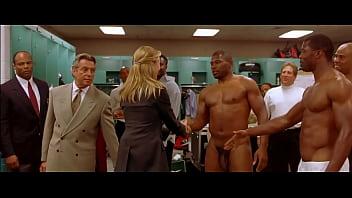 Jogadores de futebol pelados no vestiario e a jornalista mulher entra e ve eles pelados