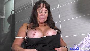 Blandine mature aux gros seins baisée devant une femme