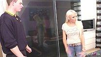 Postbote erwischt deutsches Teen Tight Tini und ueberredet sie zum Fick - German Teen