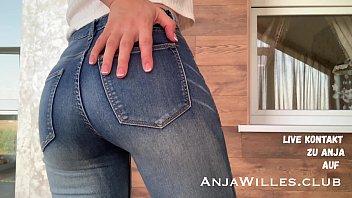 Anja Willes Pisst in ihre Jeans