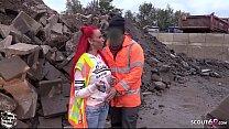 Baustellen Arbeiter fickt rothaariges Teen bei der Arbeit ohne Kondom - German Redhead