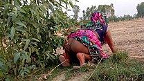 गेहूं का भूसा भरने गयी खेत और चुदवाने लगी