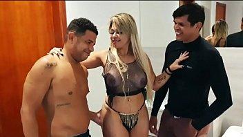 Esposa loira gostosa desiste de sair e fode com o marido e o amigo em casa mesmo - Monique Lopes - Leo Ogro