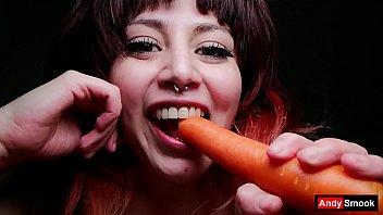 Zanahoria llena de squirt en mi culo y coño