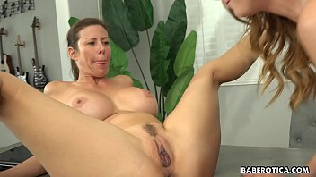 Solo session becomes a duet with Alexis and Dani, in 4K 5 min