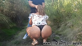Chica con culo enorme folla con su primo en el bosque. Únete a nuestro club de fans en www.onlyfans.com/ouset