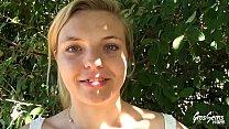 Sindy, jeune blonde enculée dans un parc