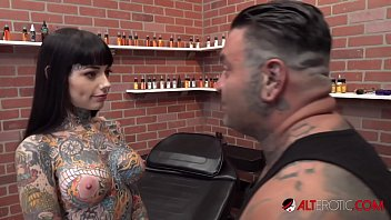 Tiger Lilly gets a forehead tattoo while nude 10 min