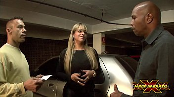 Empresaria gostosa sem dinheiro pagou o estacionamento dando o cu para os seguranças - Angel Lima - Direção Andre Garcia - Cena completa no Red