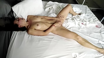Teen fingering her slit in bed