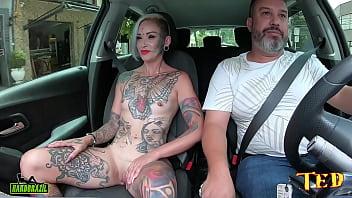 A Milf com o famoso olho eyeball tattoo tirou toda a roupa no carro e conta como entrou no mundo pornô - carona do Ted #75 - Tata Lima 15 min