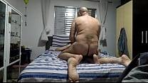 Maduro safado esfolando o cu peludo do seu vassalo