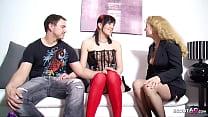 REIFE DEUTSCHE FRAU zeigt jungen Paar im Dreier wie Sex geht