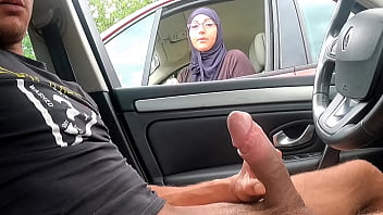 I take out my cock on a motorway rest area, this Muslim girl is shocked !!!
