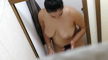 Vecina antes de la ducha