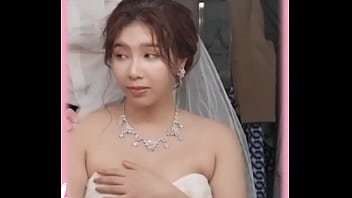 国产AV剧情 朋友结婚,我让穿着婚纱的新娘舔阴茎
