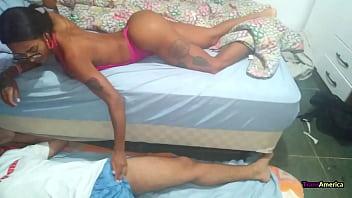 o amante se escondeu embaixo da cama pra esperar o momento certo enquanto o corno contava carneirinho
