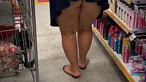 Esposa gordinha gostosa safada vai ao Mercado com o Corno que filma ela mostrando a Bunda 1