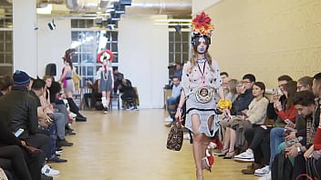 model forget to wear panties in fashion show